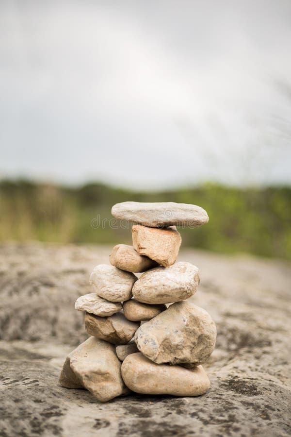 En stenhög som byggs av en man i utomhus royaltyfria foton