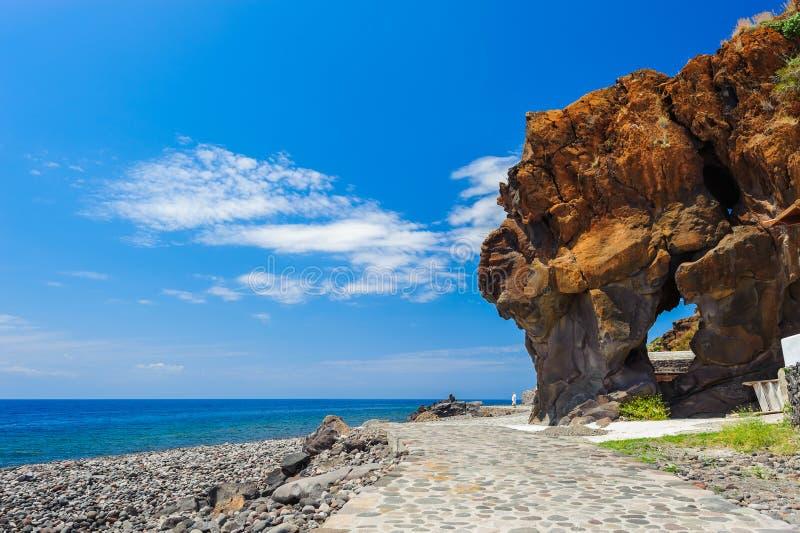 En stenig kust av den Alicudi ön arkivbilder