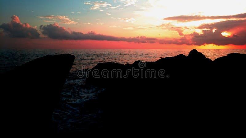 En stenig solnedgång arkivfoto