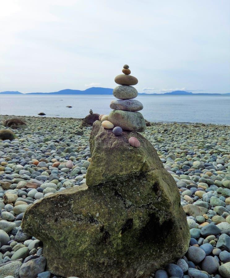 En stenpyramid på stranden arkivfoton