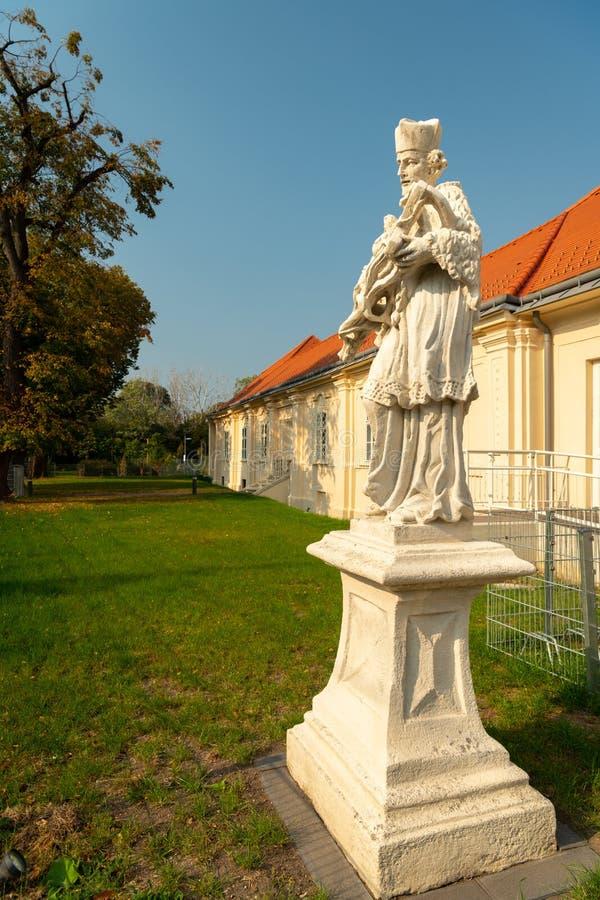 En stenskulptur av Johannes Nepomuk i Wien arkivbild