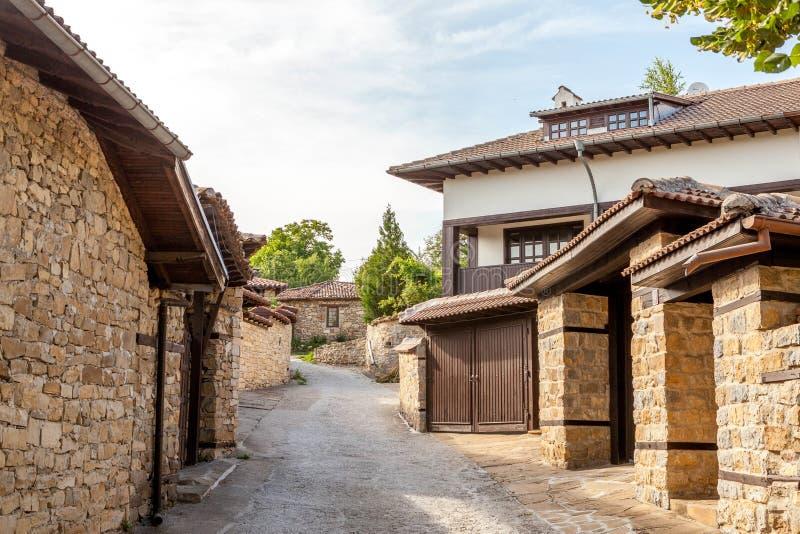 En stenvägg och ett gammalt hus från Arbanasi, Bulgarien. royaltyfri foto