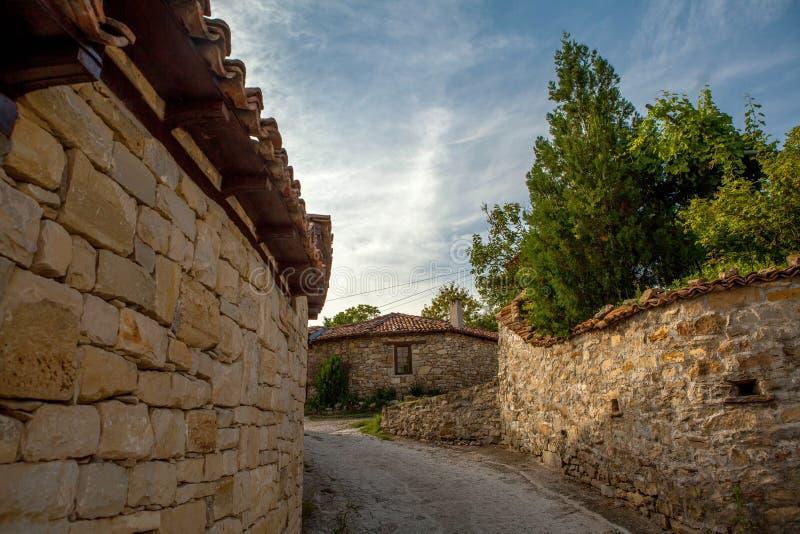 En stenvägg och ett gammalt hus från Arbanasi, Bulgarien. arkivbilder