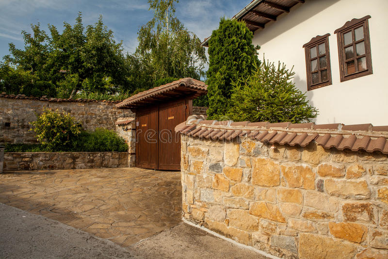 En stenvägg och ett gammalt hus från Arbanasi, Bulgarien. royaltyfri bild