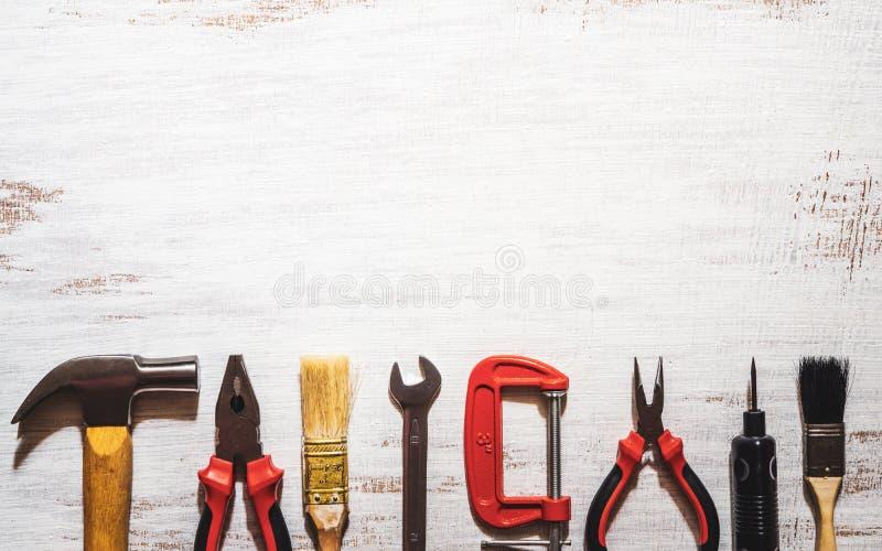 En stilleben av behändiga hjälpmedel på en lantlig vit träbakgrund B?sta sikt med kopieringsutrymme Hem- DIY-bakgrundsbegrepp arkivbild
