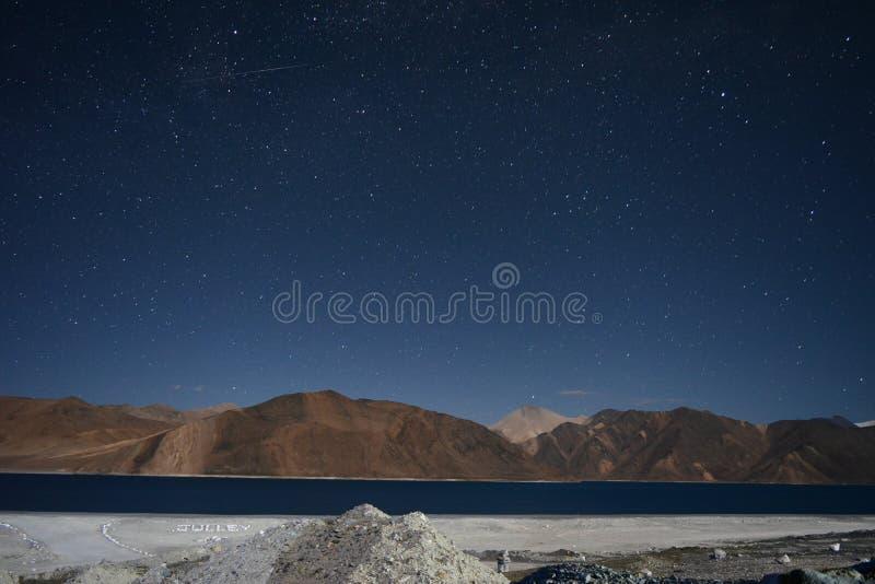 En stjärnklar natt på Pangong sjön, Indien royaltyfri bild