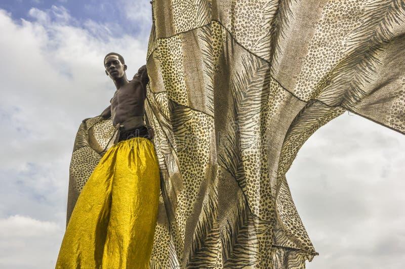 En stolta stitwalker eller Moko Jumbie, som de kallas i Trinidad och Tobago, fördjupa hans udde på karnevaldag royaltyfri bild