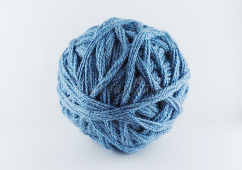 En stor boll av blå ull hemtrevlig tillbeh?r Material för att sticka arkivbild