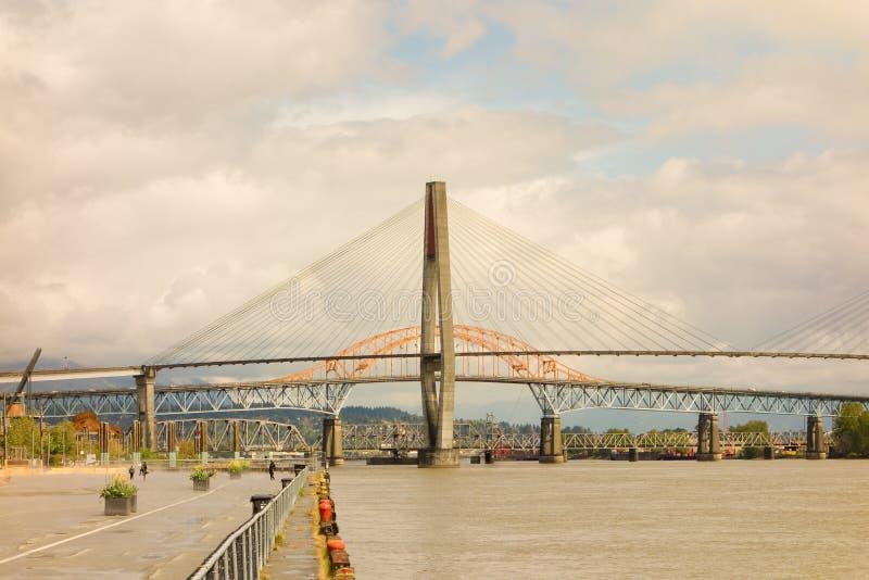 En stor bro som spänner över vancouvers Fraser River royaltyfri fotografi