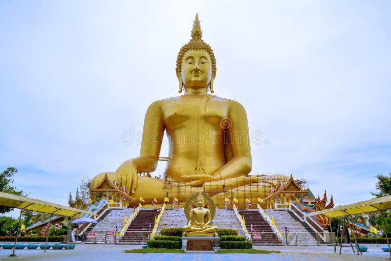 En stor Buddhastaty Guld- Buddhastaty yellow thailand royaltyfri foto