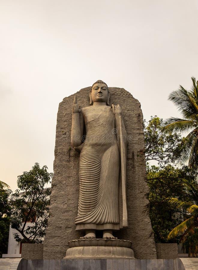 En stor Buddhastaty i en allmänhet parkerar i Colombo, Sri Lanka arkivfoton