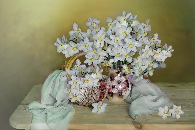 En stor bukett av påskliljor i en vas på en färgrik bakgrund livstidsfjäder fortfarande arkivbild