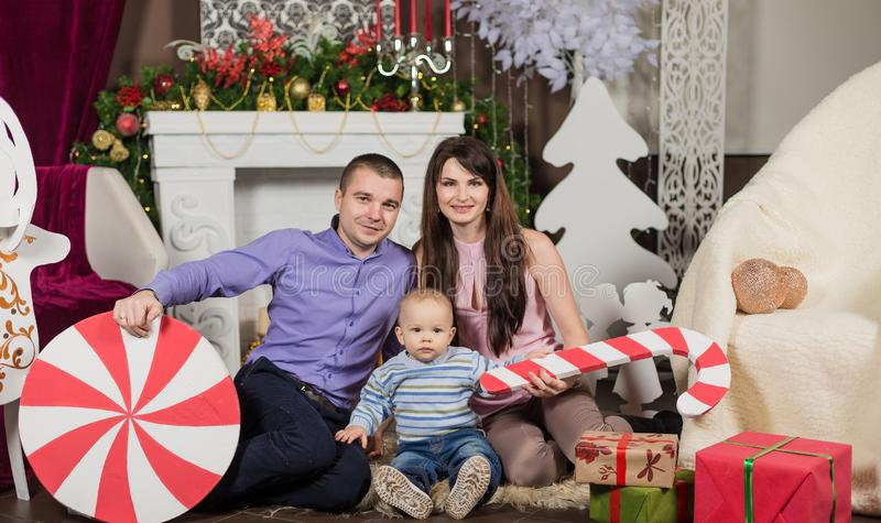 En stor familj är all hjälpande servejulmatställe royaltyfri foto