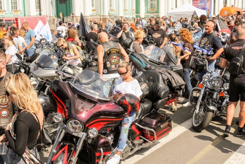 En stor folkmassa av folk och motorcyklar royaltyfria foton