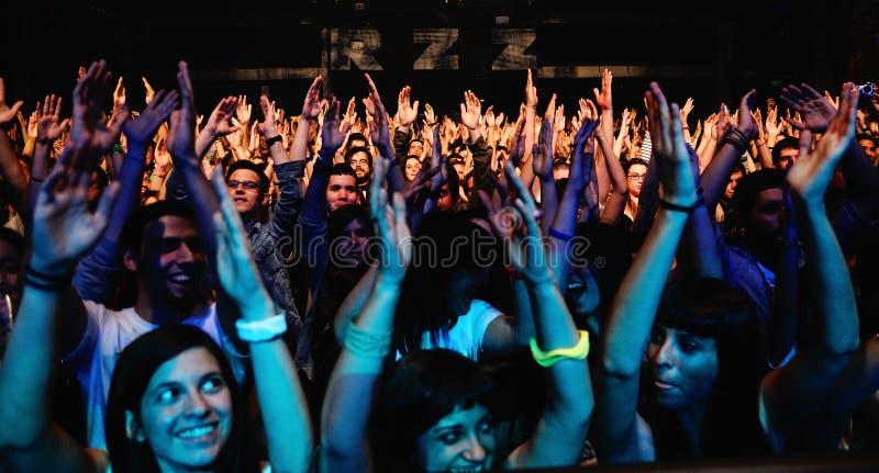 En stor folkmassa av tonåringfans av den enkla planmusikbandet, skrin på Razzmatazz arkivfoto