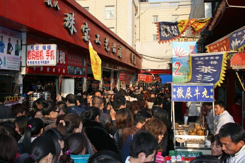 En stor folkmassa på en mellanmålmarknadsgata på en offentlig ferie i Kina royaltyfria bilder