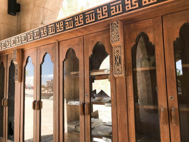 En stor gammal antik antik träbokhylla, dokument i den arabiska islamiska moskén, en tempel för böner till guden arkivbild