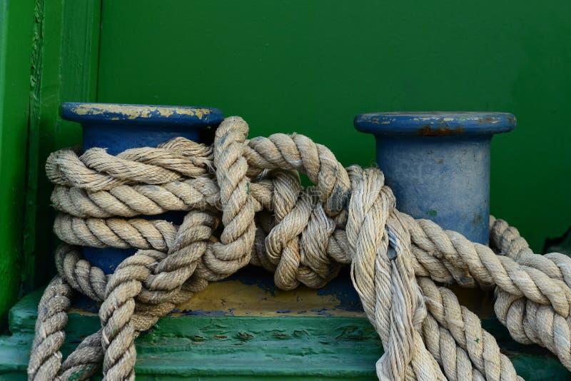 En stor gammal dubb med det klassiska förtöja repet som binds på det arkivfoto