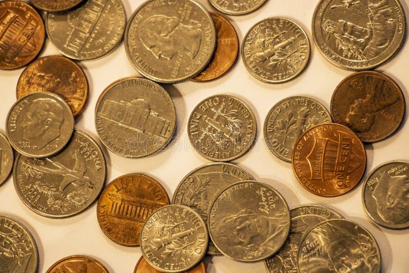 En stor hög av amerikanska mynt valuta royaltyfri bild