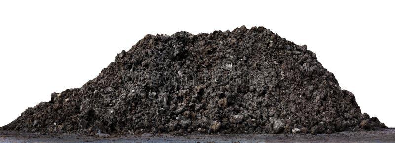 En stor hög av tjock svart för mörk brunt, våt brun jordbergform, lerahögjord för att plantera som isoleras på vit bakgrund arkivbild