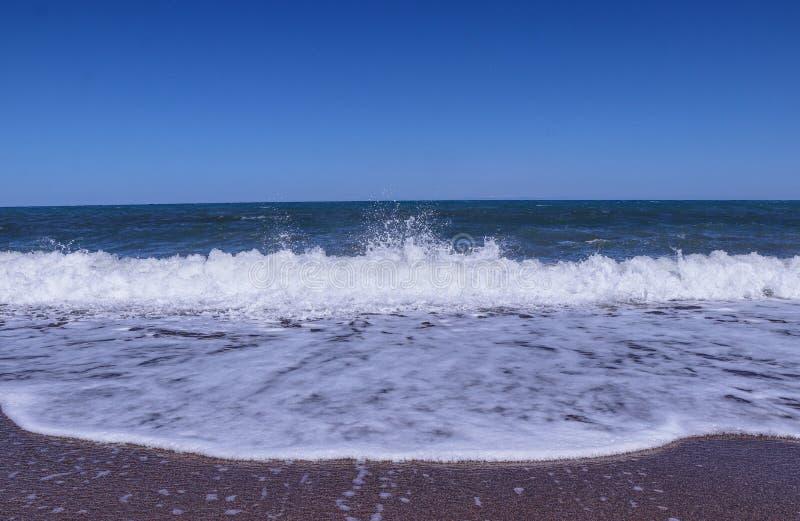 En stor havsvåg som att närma sig fotografen Det stormiga havet visar oss hans dominans och makt Enorm styrka från gud av havet M arkivfoto