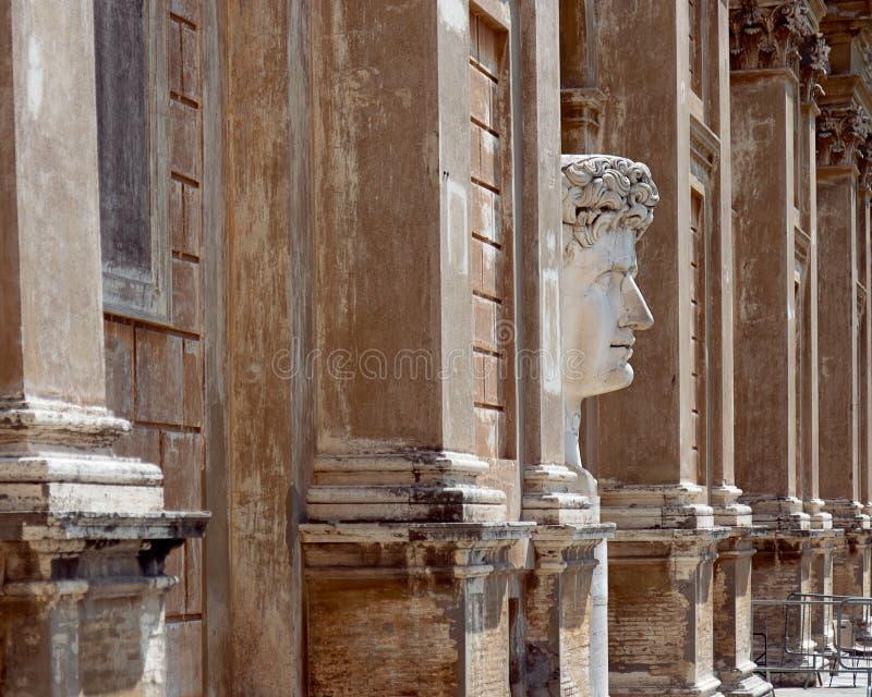 En stor marmorhuvudstaty av kejsaren Caesar Augustus i domstolen arkivbild