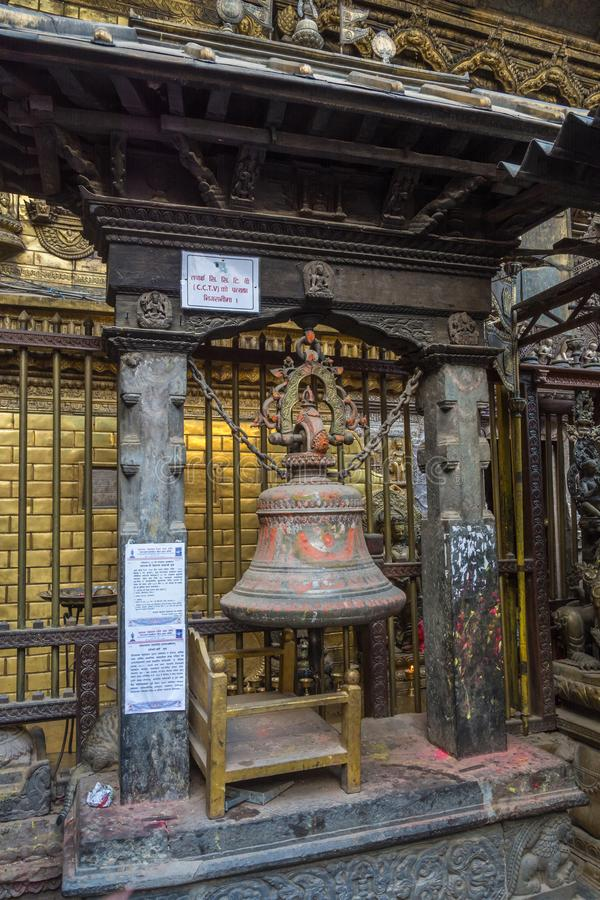 En stor metallklocka i en forntida buddistisk tempel på April 13, 20 arkivbild
