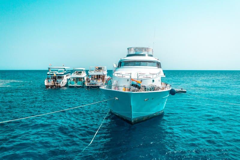 En stor privat motorisk yacht under vägen som seglar ut på det tropiska havet arkivfoto