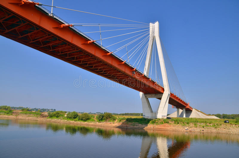En stor röd och vit bro till och med floden Oka arkivbilder