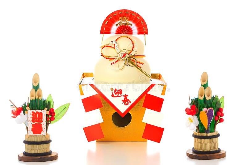 En stor rund riskaka som erbjuds till nytt års gud (japanska caracters inte är logoen, det betyder royaltyfria bilder