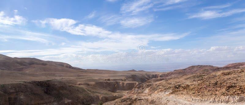 En stor spricka i jordningen i öknen nära huvudstaden av Jordanien - Amman arkivbild