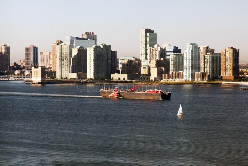 En stor tankfartyg som förbigår Hudson River, och nytt - ärmlös tröjahorisont royaltyfri bild