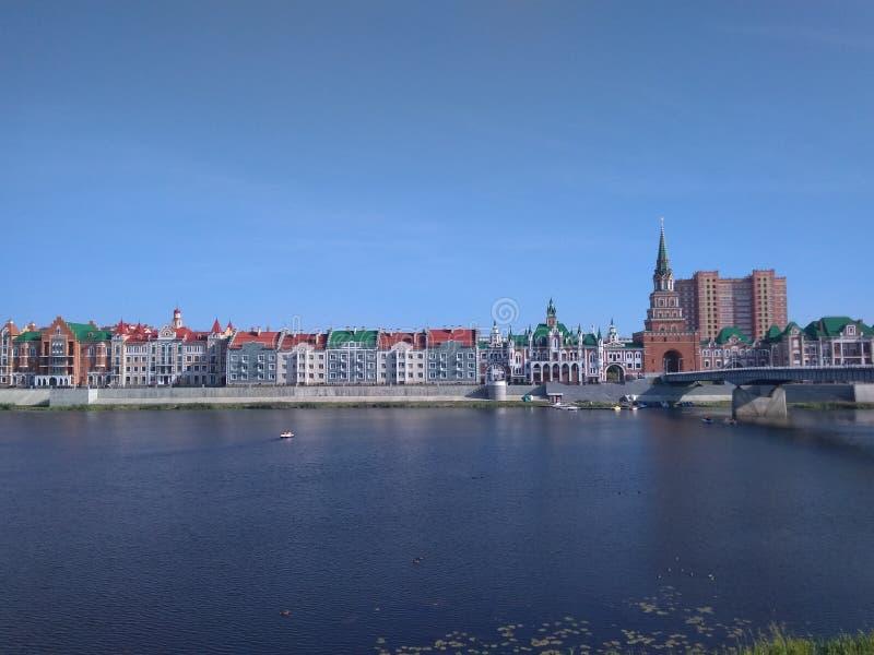 En storartad promenad vid floden royaltyfri foto