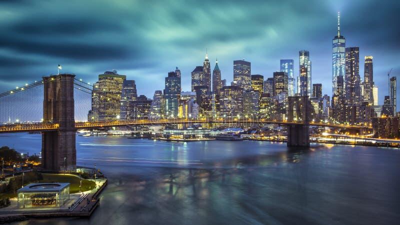 En storartad sikt av den l?gre Manhattan och Brooklyn bron royaltyfria foton