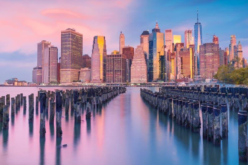 en storartad sikt av Lower Manhattan och det finansiella omr?det p? solnedg?ngen, New York City arkivbilder