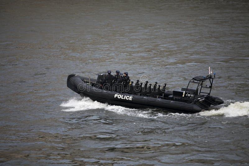 En storstads- polismotorlansering på flodThemsen på Ho fotografering för bildbyråer