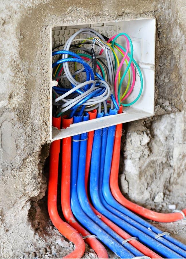 en strömbrytarehålighet under installation arkivbild