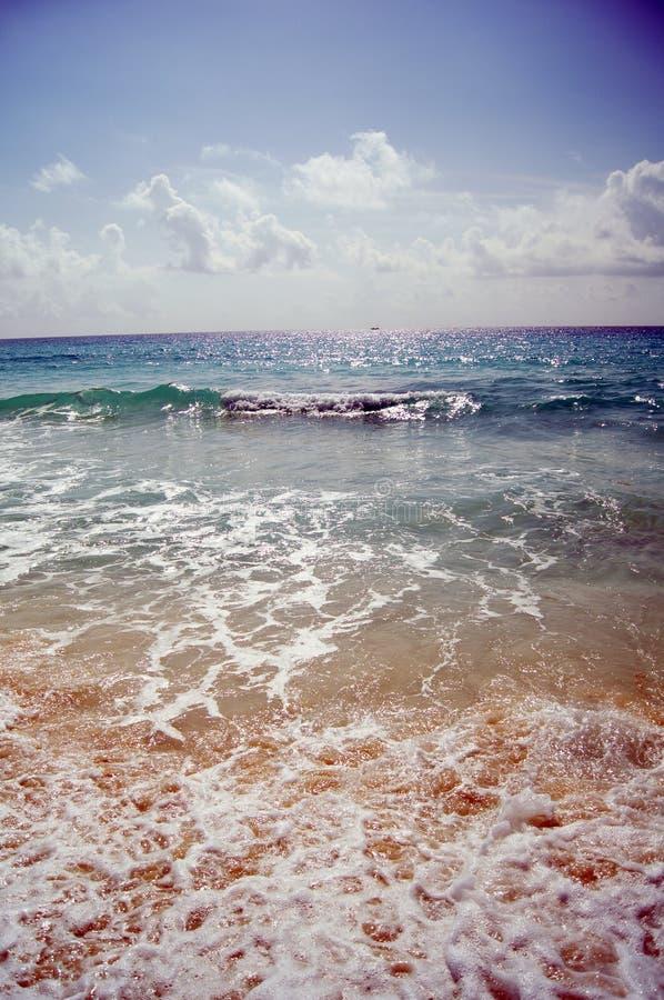 En strand är en insättning av unconsolidated bottensatser som varierar mellan sand och grus arkivbild