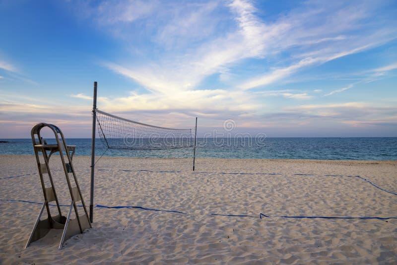 En strandvolleyboll förtjänar på den sandiga tropiska stranden fotografering för bildbyråer