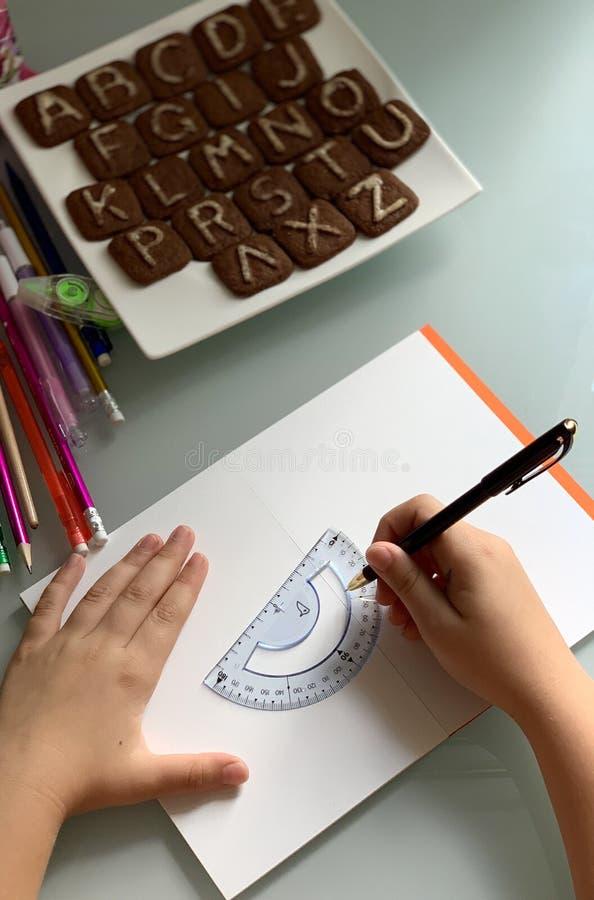 En student gör kurser t?ta tillf?rsel f?r kompassprotractorskola upp royaltyfri bild