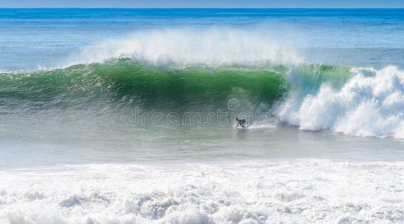 En surfare på ankarpunkt, Marocko royaltyfri bild
