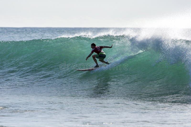 En surfare rider en punktavbrottsvåg på den Arugam fjärden i Sri Lanka royaltyfria foton