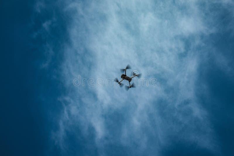 En surrhöjdpunkt upp i himlen arkivbild