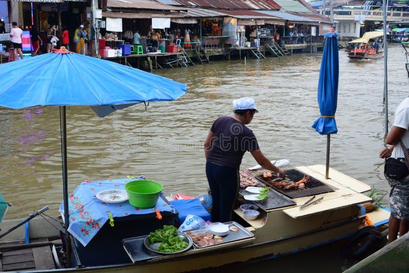 En sväva restaurang i Amphawa Samut Songkhram landskap thailand royaltyfri fotografi