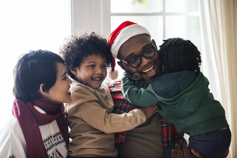 En svart familj som tycker om julferie royaltyfri foto