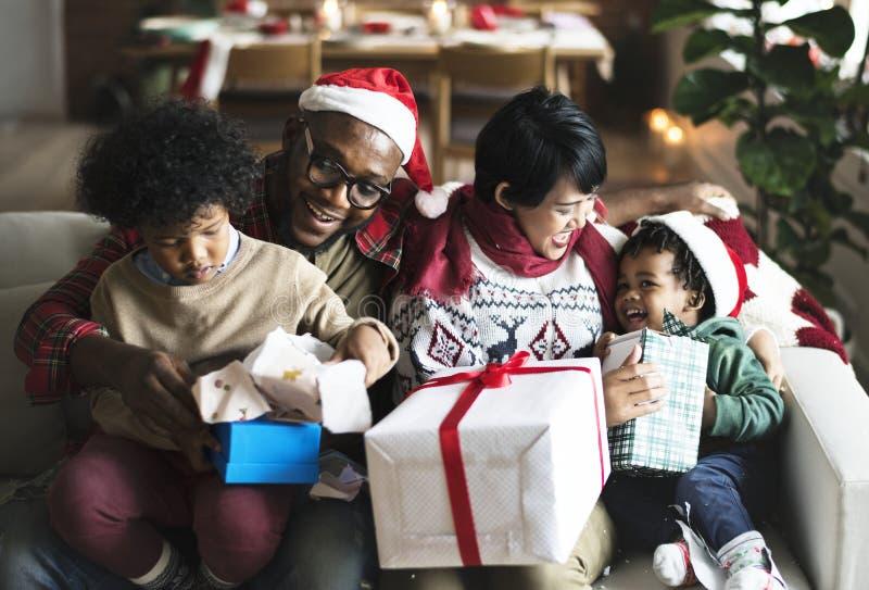 En svart familj som tycker om julferie royaltyfri fotografi