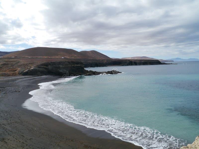En svart sandstrand på Fuerteventura i Spanien fotografering för bildbyråer