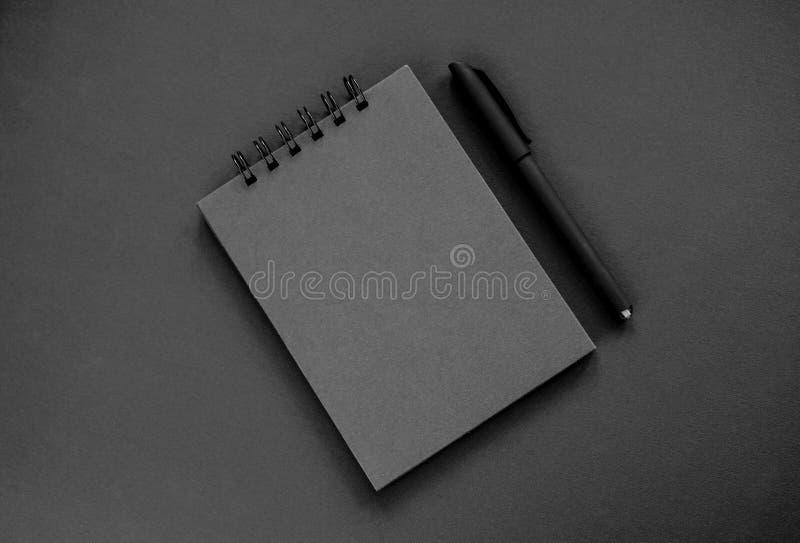 En svart sketchpad, en svart penna royaltyfria bilder