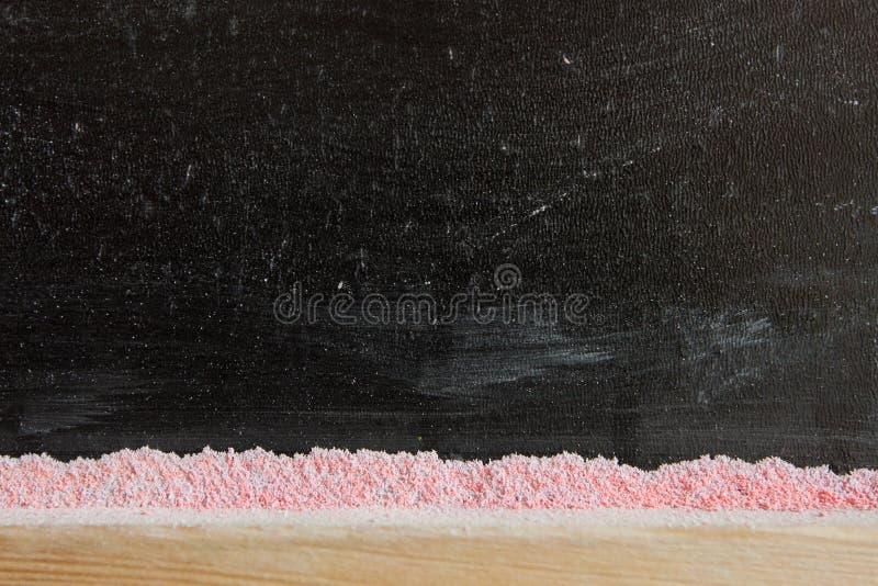 En svart svart tavla med krita arkivbild