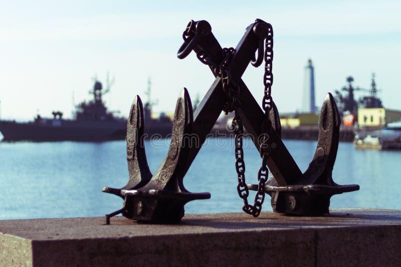 En symbolisk skulptur av ett ankare på granitpromenaden i porten royaltyfria foton